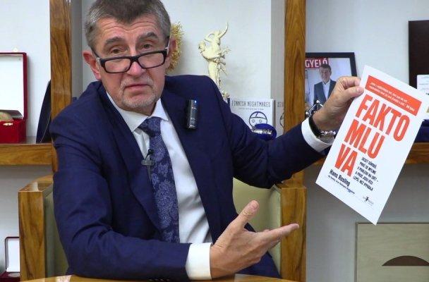 Premiér Andrej Babiš s knihou Faktomluva (zdroj: Twitter)